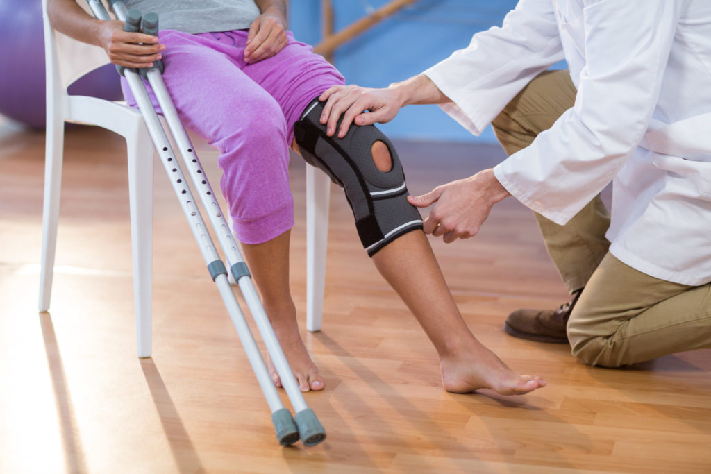 knee-rehab-crutches